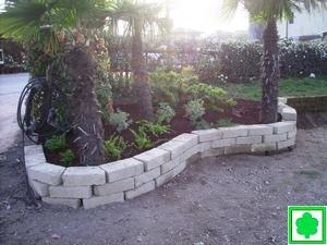 Prima e dopo la realizzazione del giardino for Muretti in tufo per aiuole